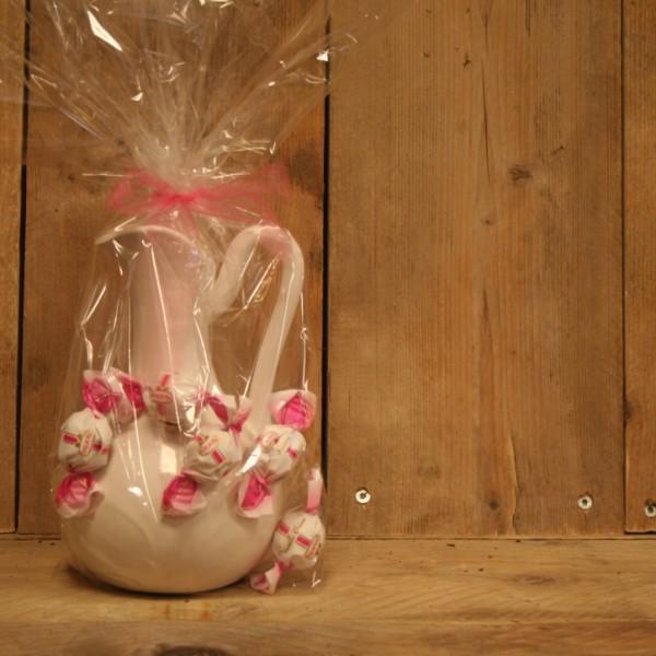 Prachtige stenen witte vaas met heerlijke Italiaanse bonbons