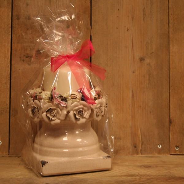 Kaarsstandaard van steen met roosjes, kaars en heerlijke bonbons