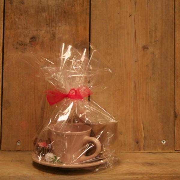 Landelijk kopje met verse thee en handgemaakte bonbons