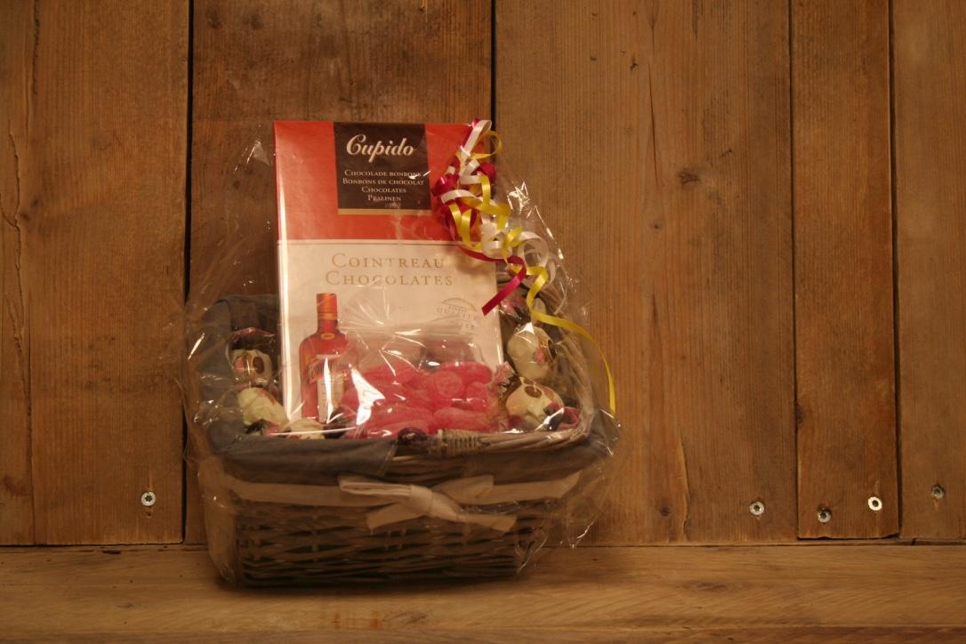 Mandje met heerlijke chocolade met likeur en oud Hollandse snoepjes