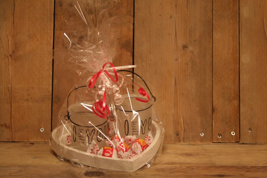 Houten dienblad met waxinehoudertjes en heerlijke bonbons