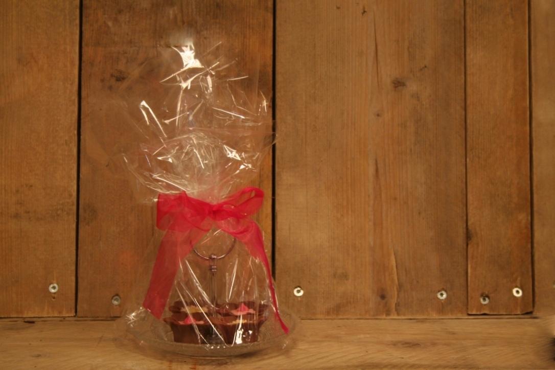 Etagère met handgemaakte luxe bonbons.