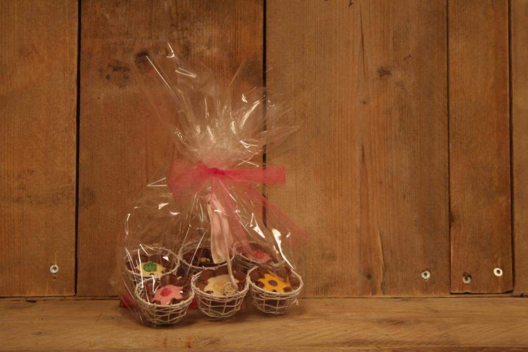 Eiermandje met chocoladebloemen.